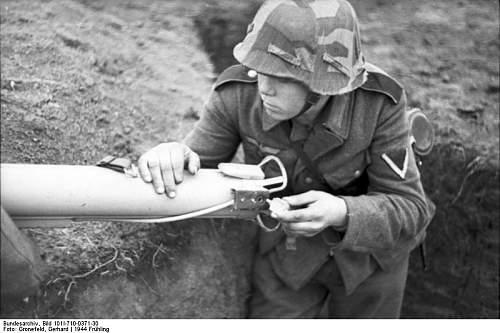 Click image for larger version.  Name:Bundesarchiv_Bild_101I-710-0371-30%2C_Ukraine%2C_Ausbildung_an_Panzerabwehrwaffe[1].jpg Views:4464 Size:55.7 KB ID:123715