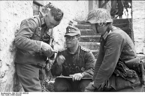 Click image for larger version.  Name:Bundesarchiv_Bild_101I-301-1953-03%2C_Nordfrankreich%2C_Offiziere_bei_Besprechung[1].jpg Views:1142 Size:60.1 KB ID:123716