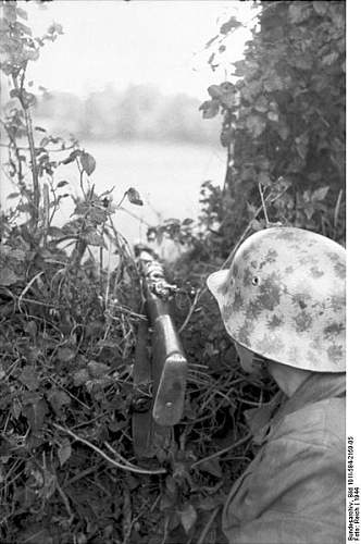 Click image for larger version.  Name:398px-Bundesarchiv_Bild_101I-584-2159-05%2C_Frankreich%2C_Soldat_mit_Gewehr_in_Stellung[1].jpg Views:435 Size:46.1 KB ID:123725