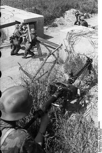 Click image for larger version.  Name:403px-Bundesarchiv_Bild_101I-299-1808-08A%2C_Nordfrankreich%2C_Schranke%2C_Soldat_mit_MG_15[1].jpg Views:923 Size:58.2 KB ID:123744