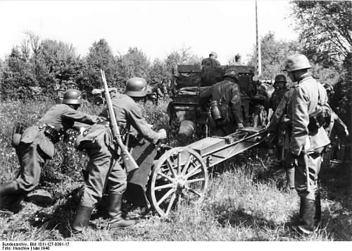 Click image for larger version.  Name:Bundesarchiv_Bild_101I-127-0391-17%2C_Im_Westen%2C_Soldaten_mit_Infanteriegesch%C3%BCtz[1].jpg Views:559 Size:93.8 KB ID:123745
