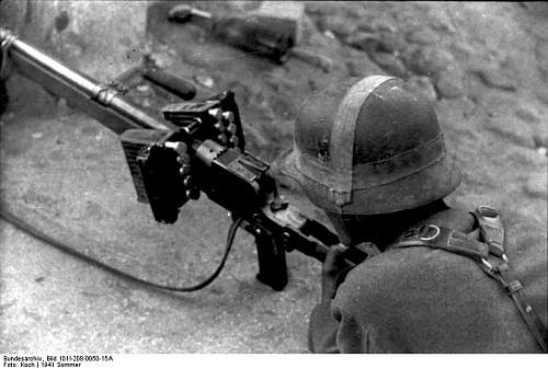 Click image for larger version.  Name:Bundesarchiv_Bild_101I-208-0050-15A%2C_Russland-Nord%2C_Soldat_mit_Panzerb%C3%BCchse[1].jpg Views:619 Size:60.5 KB ID:123746