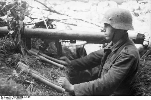 Click image for larger version.  Name:Bundesarchiv_Bild_101I-301-1952-32%2C_Nordfrankreich%2C_Soldat_mit_Panzerabwehrwaffe[1].jpg Views:461 Size:54.1 KB ID:123750
