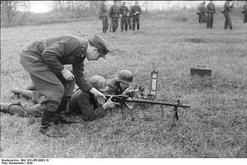 Click image for larger version.  Name:Bundesarchiv_Bild_101I-455-0003-18%2C_Russland%2C_Luftwaffensoldaten_bei_Ausbildung_an_MG_34[1].jpg Views:427 Size:71.8 KB ID:123752