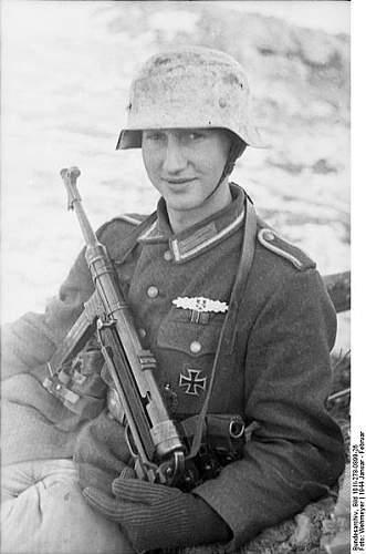 Click image for larger version.  Name:396px-Bundesarchiv_Bild_101I-278-0899-26%2C_Russland%2C_Soldat_mit_MP_40_im_Schnee[1].jpg Views:1941 Size:38.4 KB ID:123754