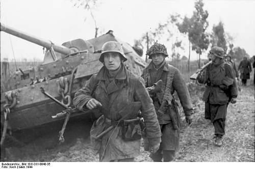 Click image for larger version.  Name:Bundesarchiv_Bild_101I-311-0940-35%2C_Italien%2C_Infanterie_auf_Stra%C3%9Fe%2C_Jagdpanzer_Ferdin.jpg Views:1177 Size:50.8 KB ID:123760