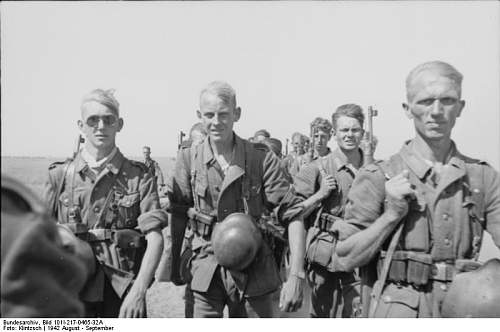 Click image for larger version.  Name:Bundesarchiv_Bild_101I-217-0465-32A%2C_Russland%2C_Soldaten_auf_dem_Marsch[1].jpg Views:455 Size:43.4 KB ID:123779