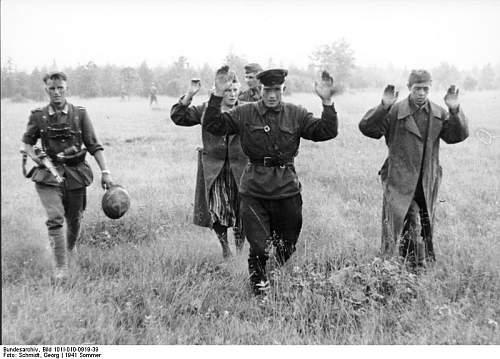 Click image for larger version.  Name:Bundesarchiv_Bild_101I-010-0919-39%2C_Russland%2C_Nord%2C_Gefangene_Russen[1].jpg Views:537 Size:65.6 KB ID:123843