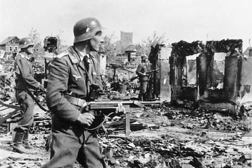 Click image for larger version.  Name:Bundesarchiv_Bild_183-B22478%2C_Stalingrad%2C_Luftwaffen-Soldaten_in_Ruinen[1].jpg Views:786 Size:78.6 KB ID:123844
