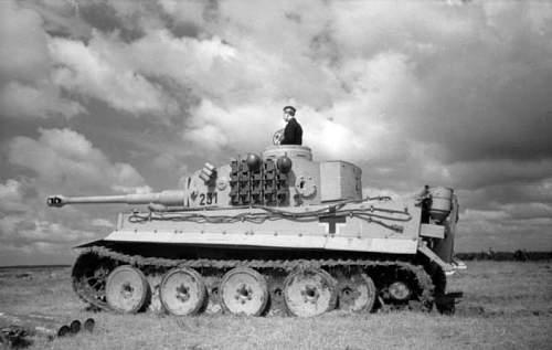 Click image for larger version.  Name:Bundesarchiv_Bild_101I-698-0038-04%2C_Russland-Nord%2C_Panzer_VI_%28Tiger_I%29[1].jpg Views:516 Size:59.1 KB ID:123850
