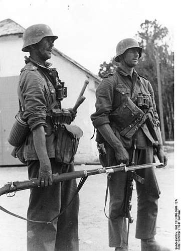 Click image for larger version.  Name:433px-Bundesarchiv_Bild_101I-009-0869-12A%2C_Russland%2C_Zwei_deutsche_Infanteristen[1].jpg Views:672 Size:43.4 KB ID:123854