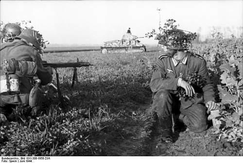 Click image for larger version.  Name:Bundesarchiv_Bild_101I-300-1858-23A%2C_Soldaten_mit_MG_42%2C_Panzer_Somua_S35[1].jpg Views:804 Size:69.4 KB ID:123961
