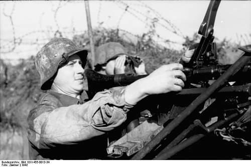 Click image for larger version.  Name:Bundesarchiv_Bild_101I-455-0013-34%2C_Russland%2C_Zwei_Soldaten_mit_MG_im_Graben[1].jpg Views:361 Size:48.4 KB ID:123986