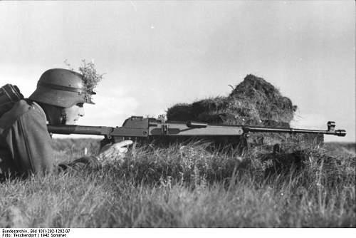 Click image for larger version.  Name:Bundesarchiv_Bild_101I-292-1262-07%2C_Nordfrankreich%2C_Soldat_mit_Panzerb%C3%BCchse[1].jpg Views:357 Size:48.6 KB ID:124040