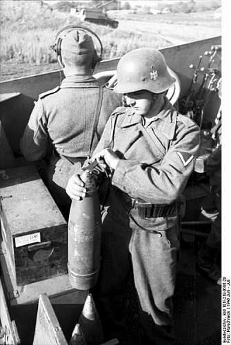 Click image for larger version.  Name:402px-Bundesarchiv_Bild_101I-219-0586-20%2C_Russland-Mitte-S%C3%BCd%2C_Panzerhaubitze_%22Hummel%.jpg Views:524 Size:48.4 KB ID:124284