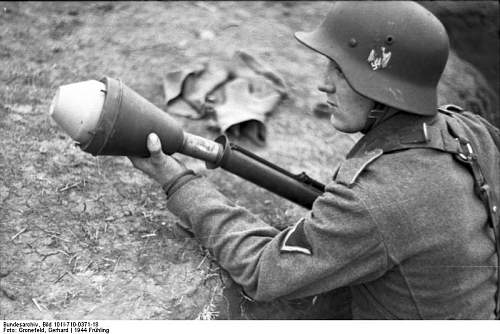 Click image for larger version.  Name:Bundesarchiv_Bild_101I-710-0371-18%2C_Ukraine%2C_Ausbildung_an_Panzerabwehrwaffe[1].jpg Views:620 Size:62.6 KB ID:124289