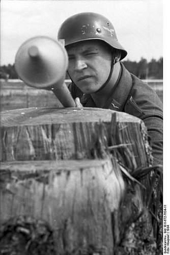 Click image for larger version.  Name:401px-Bundesarchiv_Bild_101I-672-7634-11%2C_Russland%2C_Luftwaffensoldat_mit_Panzerabwehrwaffe[1.jpg Views:286 Size:35.0 KB ID:124433