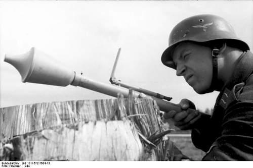Click image for larger version.  Name:Bundesarchiv_Bild_101I-672-7634-13%2C_Russland%2C_Luftwaffensoldat_mit_Panzerabwehrwaffe[1].jpg Views:294 Size:37.1 KB ID:124434