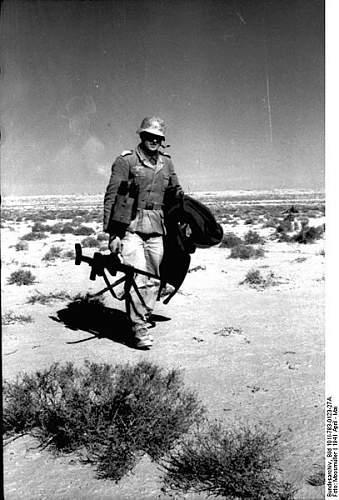 Click image for larger version.  Name:407px-Bundesarchiv_Bild_101I-783-0123-27A%2C_Nordafrika%2C_Soldat_mit_Panzerb%C3%BCchse[1].jpg Views:498 Size:54.1 KB ID:124711
