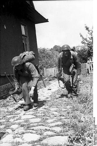 Click image for larger version.  Name:399px-Bundesarchiv_Bild_101I-695-0403-28%2C_Warschauer_Aufstand%2C_deutsche_Soldaten[1].jpg Views:524 Size:55.7 KB ID:124722