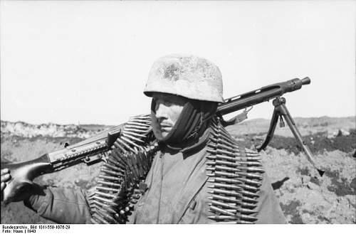 Click image for larger version.  Name:Bundesarchiv_Bild_101I-559-1076-29%2C_Russland%2C_Fallschirmj%C3%A4ger_mit_MG_und_Munitionsgurt.jpg Views:392 Size:46.2 KB ID:124735