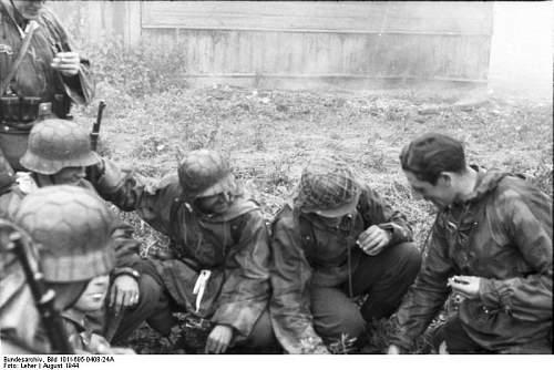Click image for larger version.  Name:Bundesarchiv_Bild_101I-695-0408-24A%2C_Warschauer_Aufstand%2C_Soldaten_bei_Besprechung[1].jpg Views:638 Size:61.1 KB ID:124773