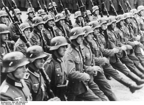 Click image for larger version.  Name:Bundesarchiv_Bild_146-1989-034-21,_Warschau,_Parade_vor_Adolf_Hitler.jpg Views:676 Size:77.2 KB ID:282520