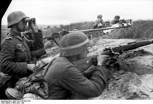 Click image for larger version.  Name:Bundesarchiv_Bild_101I-216-0417-26,_Russland,_Soldaten_in_Stellung.jpg Views:547 Size:57.2 KB ID:282524