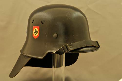 How to display Feuershutzpolizei helmet w. neck guard?