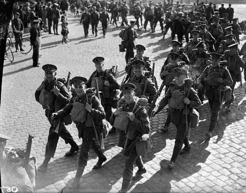 Click image for larger version.  Name:The Coldstream Guards arrive in Cherbourg in the autumn of 1939.jpg Views:18 Size:103.0 KB ID:860418