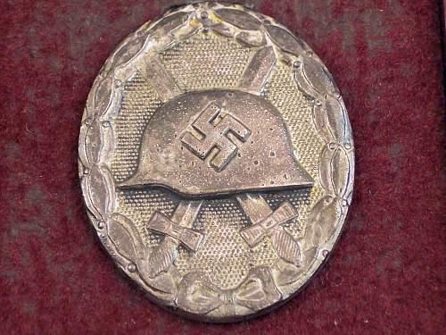 Verwundetenabzeichen in Gold and Silber