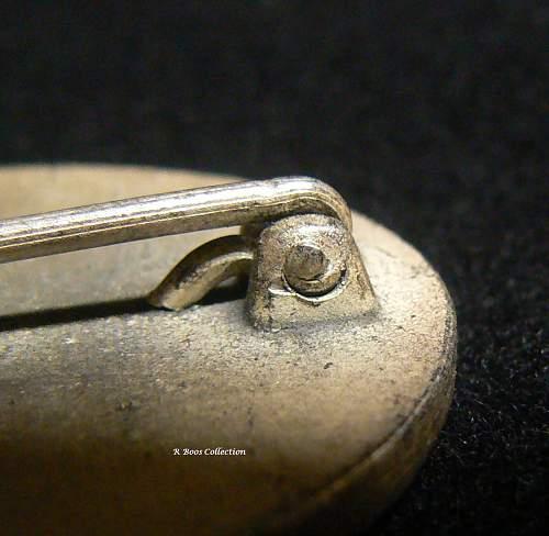 Sliver/Gold Verwundetenabzeichen with strange clip.
