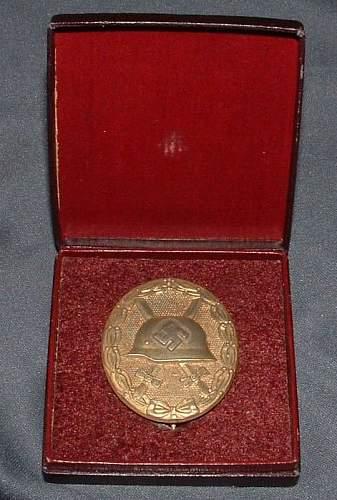 K & Q Verwundetenabzeichen in Gold - wrong case???