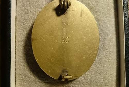 Verwundetenabzeichen in gold marked 30