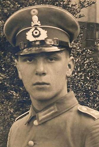 Tradtitions-Badged RW Headgear in Period Photographs