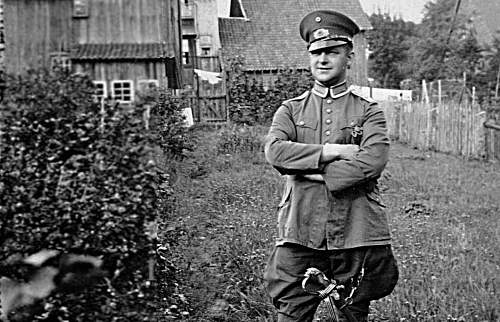 Click image for larger version.  Name:1932вПоле Porträt Uniform Reichswehr feldgrau mit Löwenk.jpg Views:1636 Size:212.6 KB ID:664435
