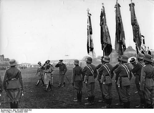 Click image for larger version.  Name:Bundesarchiv_Bild_183-2007-0928-502,_Berlin,_Vereidigung_von_Rekruten.jpg Views:203 Size:55.9 KB ID:666115