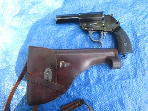 WW2 German Police Flare Pistol and Brown Hiolster