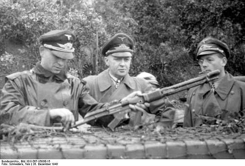 Click image for larger version.  Name:Bundesarchiv_Bild_101I-567-1503E-15%2C_San_Felice%2C_Inspektion_von_Fallschirmtruppen.jpg Views:869 Size:64.2 KB ID:33563