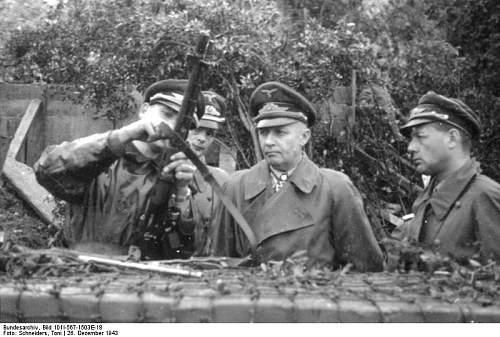 Click image for larger version.  Name:Bundesarchiv_Bild_101I-567-1503E-18%2C_San_Felice%2C_Inspektion_von_Fallschirmtruppen.jpg Views:179 Size:68.0 KB ID:33566