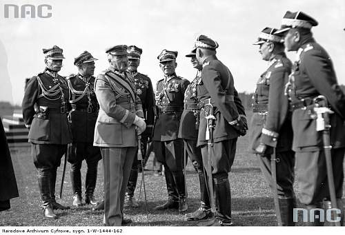 Click image for larger version.  Name:Polish officers with small holster 3 (what kind).jpg Views:172 Size:72.5 KB ID:401489