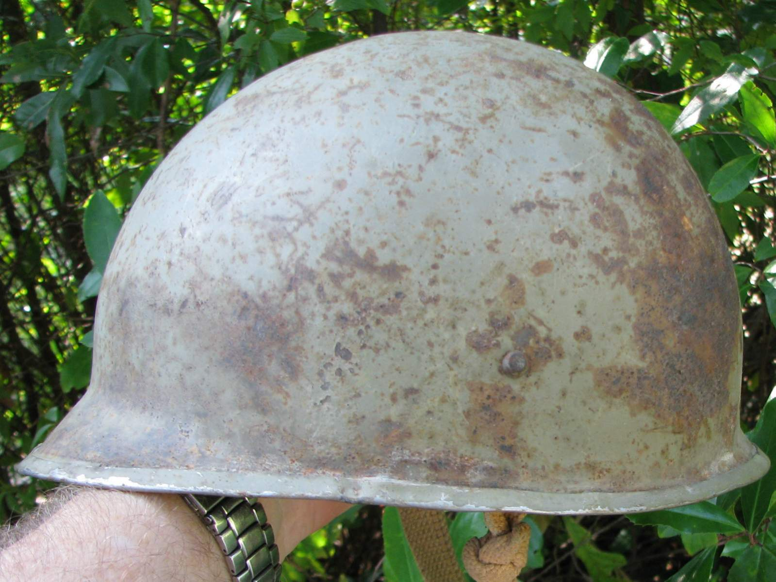 http://www.warrelics.eu/forum/attachments/world-steel-helmets/567325d1378915768-can-you-id-helmets-used-these-iranian-soldiers-60_57.jpg
