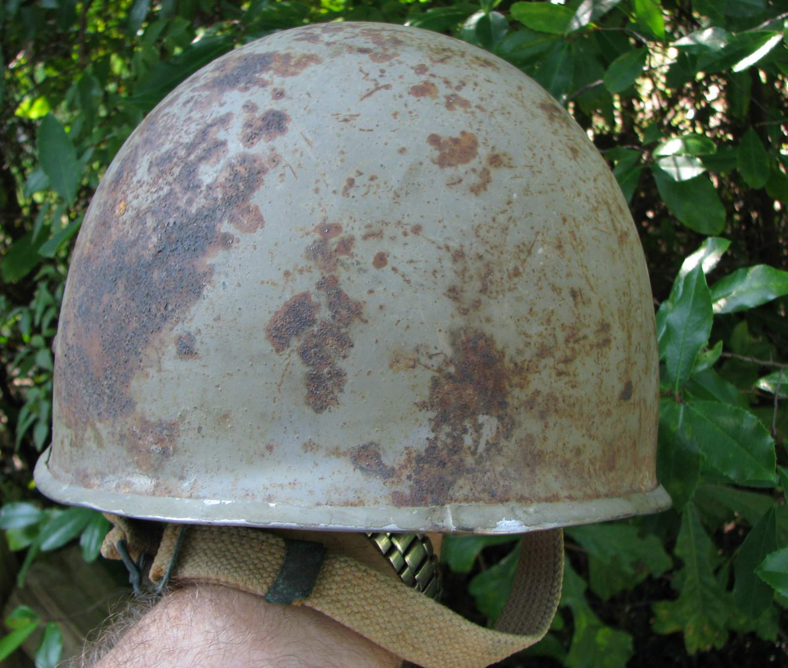 http://www.warrelics.eu/forum/attachments/world-steel-helmets/567327d1378915986-can-you-id-helmets-used-these-iranian-soldiers-60_57.jpg
