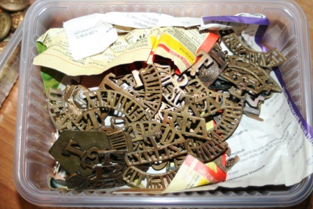 Identification of a lot of WWI badges, buttons, ...