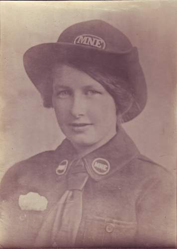 British lady in WW1 civilian uniform ??